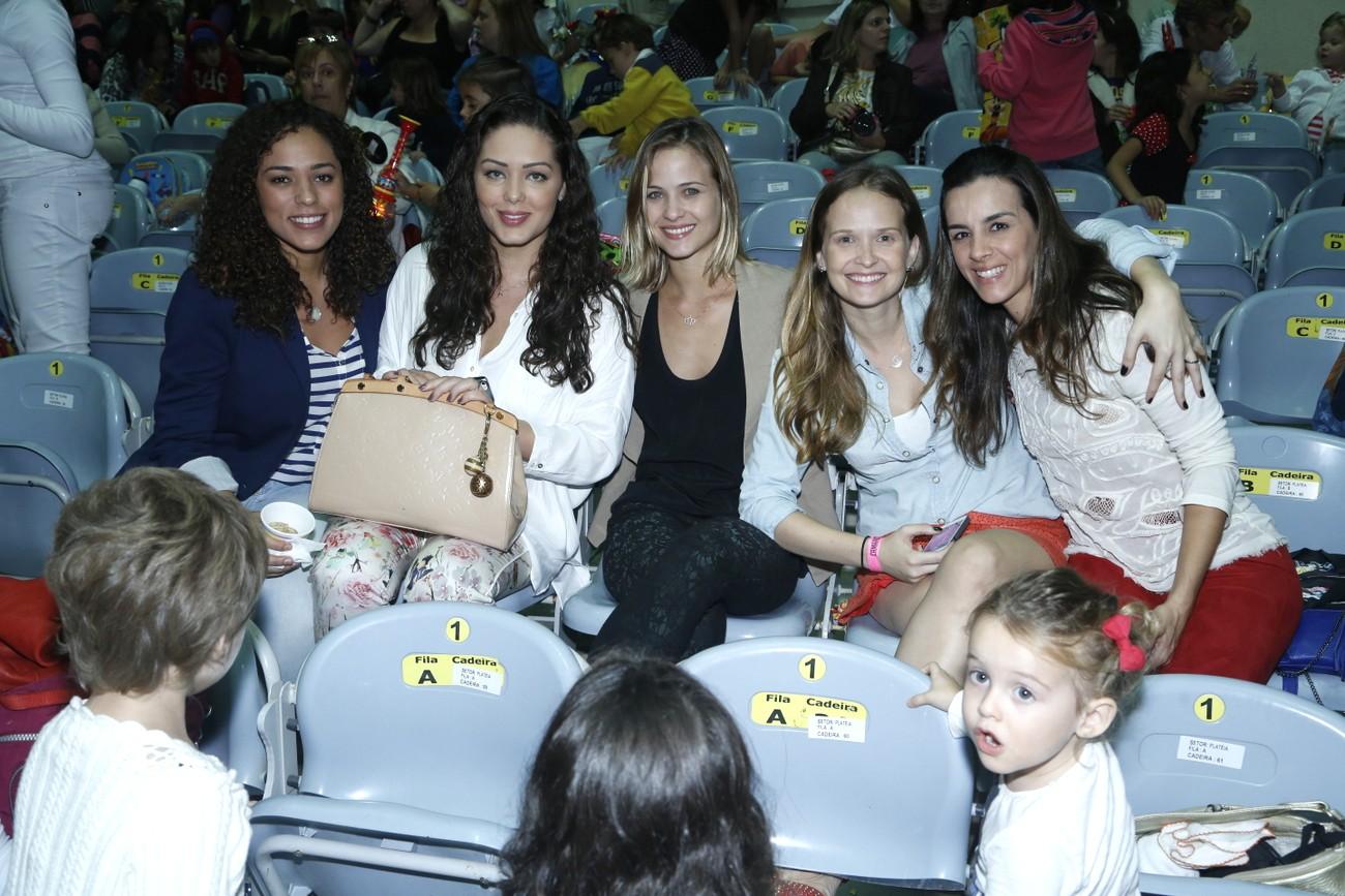 "Entre amigos, Tânia Mara, Luiza Valdetaro e Fernanda Rodrigues conferem ""Disney on Ice"", no Rio."