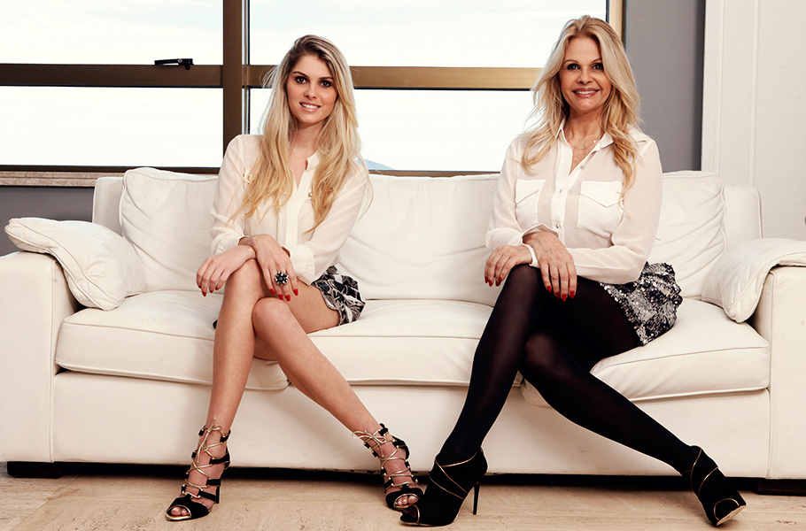 Bárbara usa camisa Tempo 4, saia Alessandra Sobreira, sapatos Lessô e anel Cláudia Arbex; Monique usa camisa Tempo 4, brincos 18K, saia Lix, sapatos Lessô