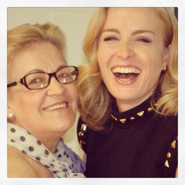 """Angélica e sua mãe, Angelina: """"Feliz Dia das Mães para todas as mamães!!! Mãe, te amo"""", escreveu a apresentadora no Facebook, onde postou a foto"""