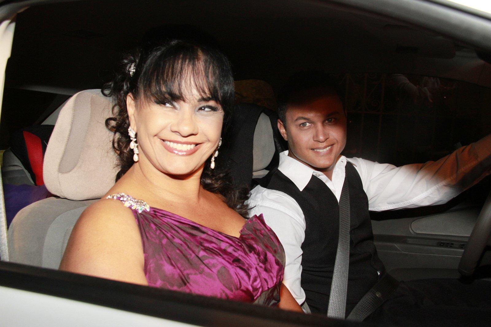 Solange Couto e o marido chegam para o casamento de Bárbara Borges