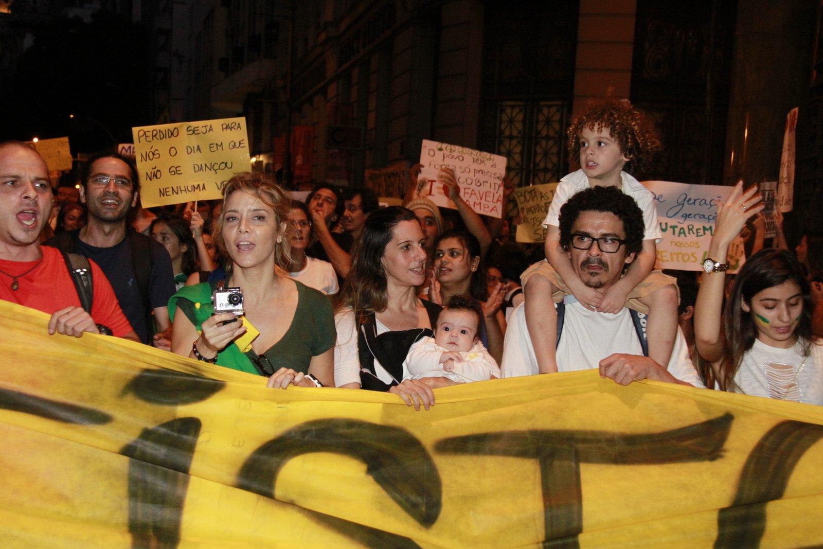 A atriz Christine Fernandes segurando a faixa de protesto
