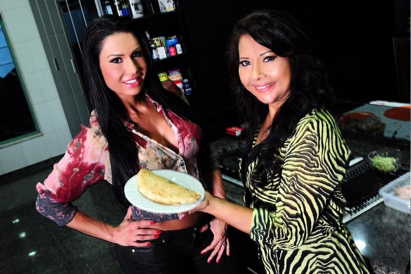 Gracyanne Barbosa e a mãe, Ledir, com o 'salgado maromba', uma espécie de pastel de forno rico em carboidratos e fibras.