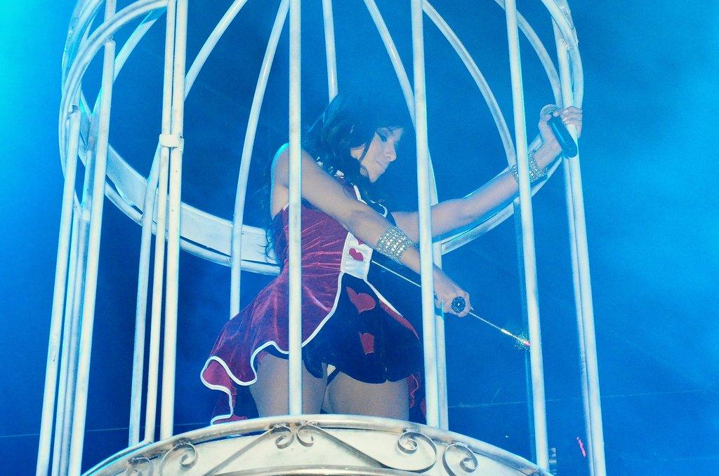 Anitta na gaiola durante a abertura do seu show no 'Chá da Alice'