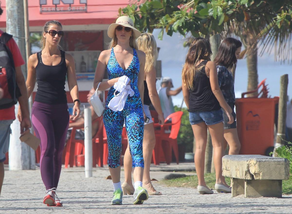 Susana Werner aproveitou o dia de sol para se exercitar na orla do Rio de Janeiro.