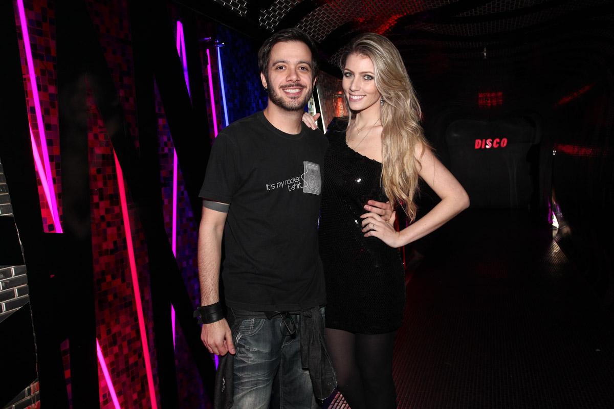 Max Porto com a namorada, Ariane Cerqueira, em boate em São Paulo