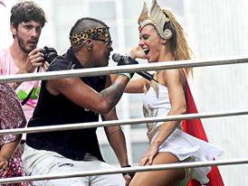 Duh Marinho colocou Carolina Dieckman para dançar no Bloco da Preta durante o carnaval de 2013