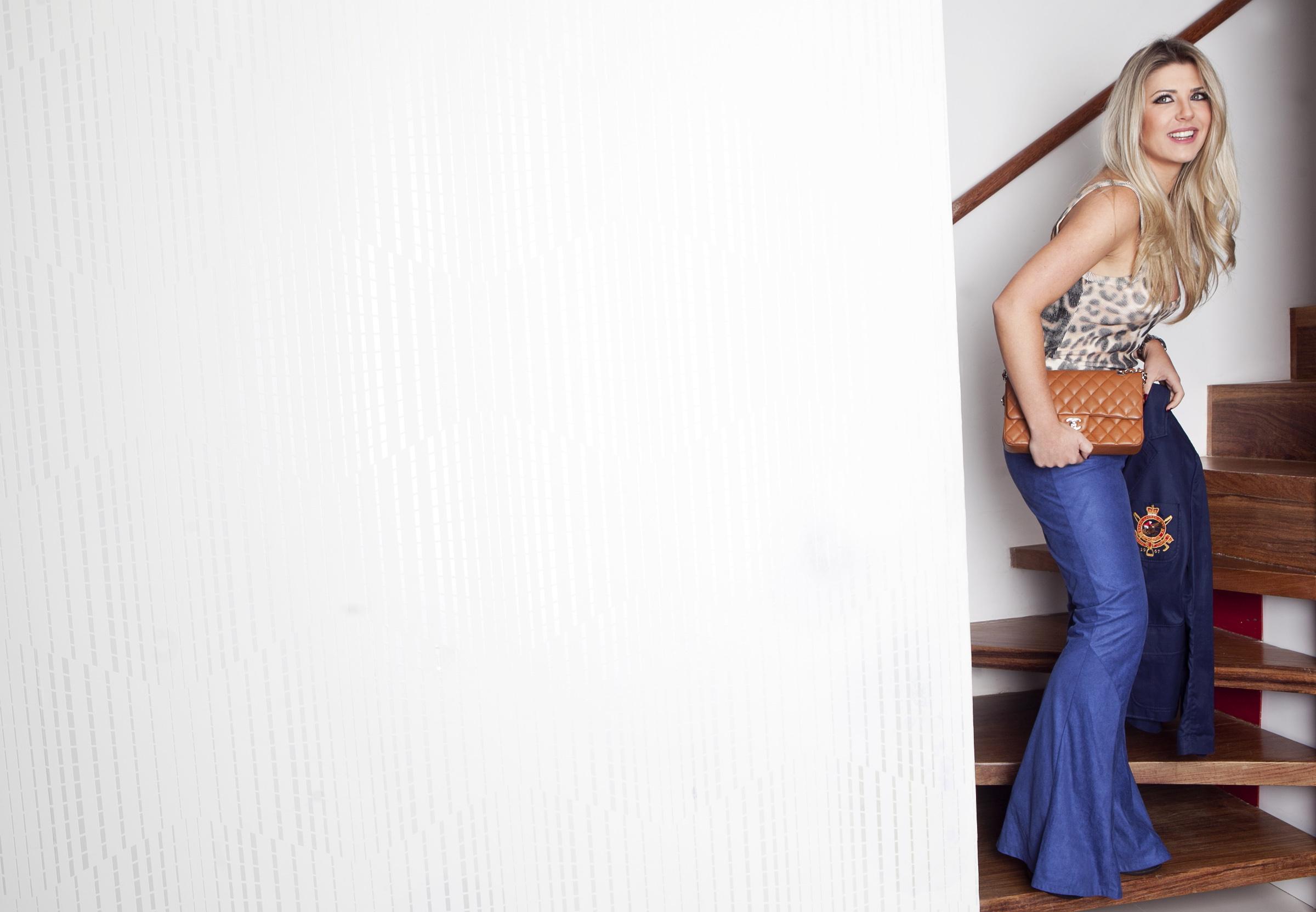 Iris Stefanelli brinca ao posar com um look para o trabalho. A ex-BBB escolhe e compra ela mesma tudo o que veste