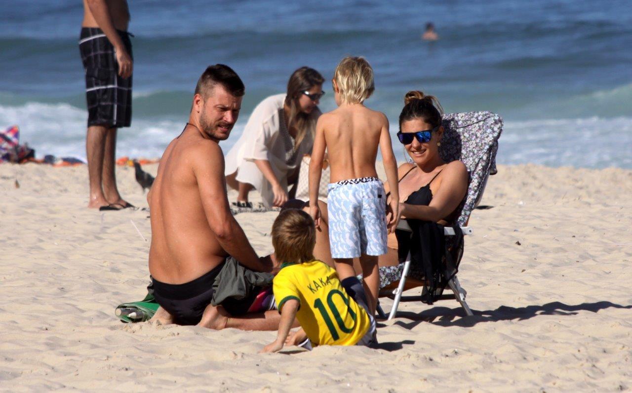 Fernanda Lima e Rodrigo Hilbert aproveitaram a tarde desta quinta-feira, 11, para se divertir na praia