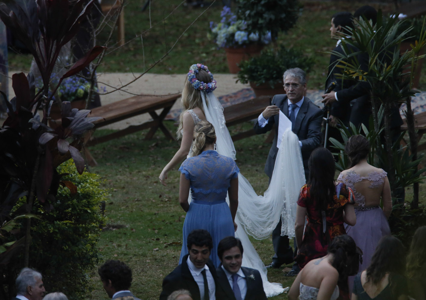 Fiorella Mattheis e Flávio Canto se casaram neste sábado, 20: A noiva caminha até o altar ao encontro do noivo