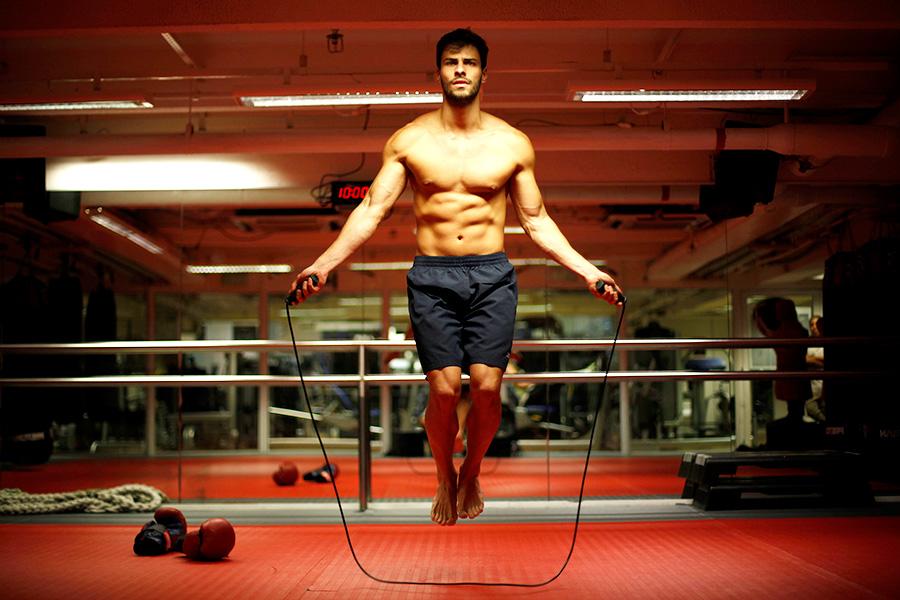 """Com 1,83m e 75kg bem distribuídos, Lucas Malvacini, no ar em """"Amor à vida"""" como o personagem Anjinho, mostra seu treino de boxe para o EGO"""