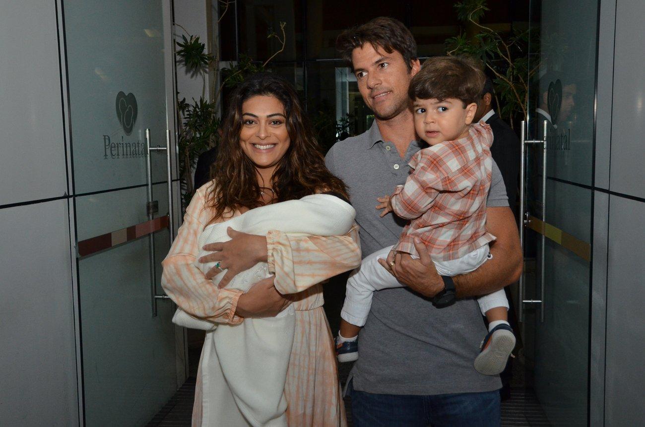 Juliana Paes sai da maternidade com o filho Antônio nos braços