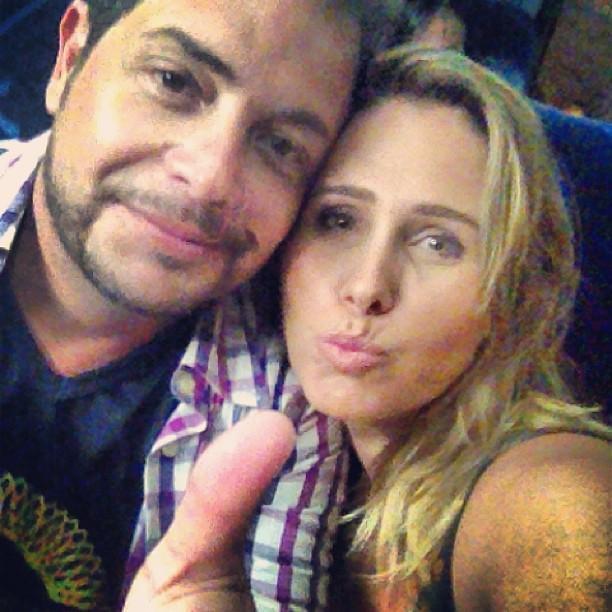 """Conrado e Andréia Sorvetão vão à gravação do DVD de Claudia Leitte, na Arena Pernambuco, em Recife. """"Arrebenta, nega loura"""", escreveu a ex-paquita no Instagram, onde postou a foto com o marido"""