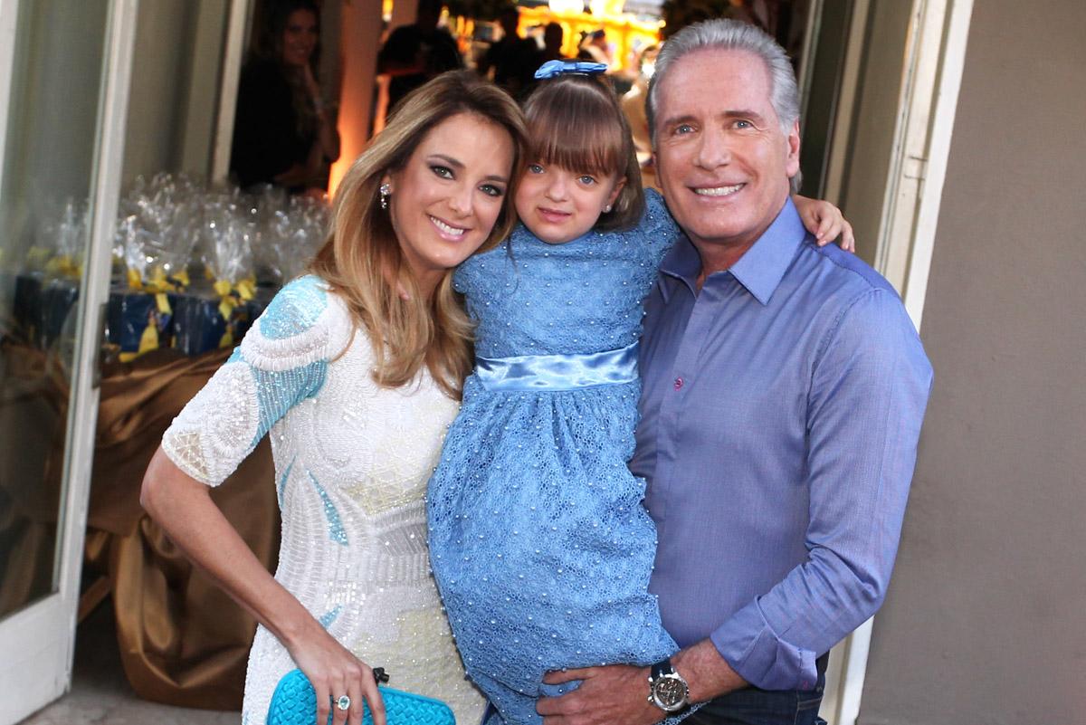Ticiane Pinheiro, Rafaella Justus e Roberto Justus chegam à casa de festas em São Paulo, neste domingo, 4, para a comemoração do aniversário de 4 anos da menina