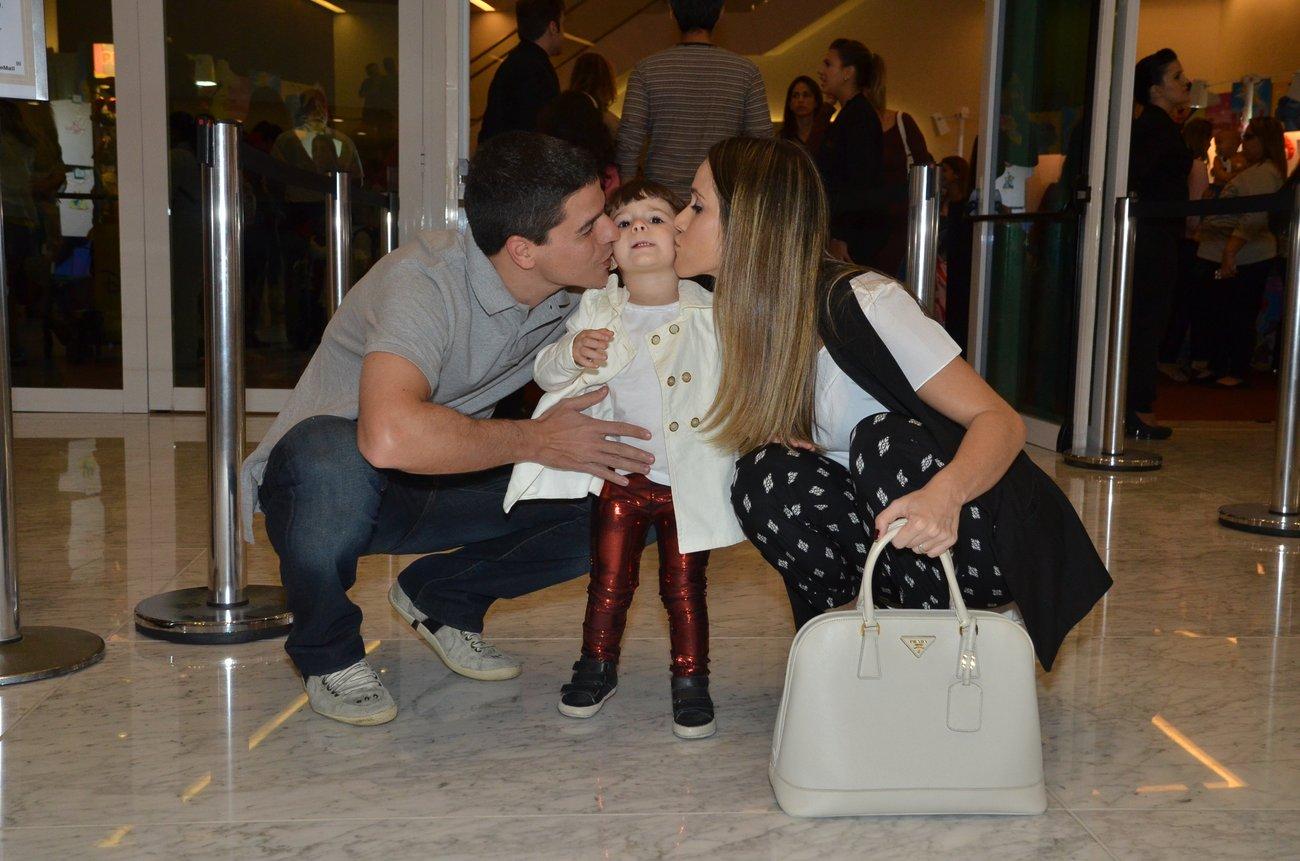 Fernanda Pontes e o marido Diogo Boni fazem sanduíche de beijo com a filha, Maria Luiza