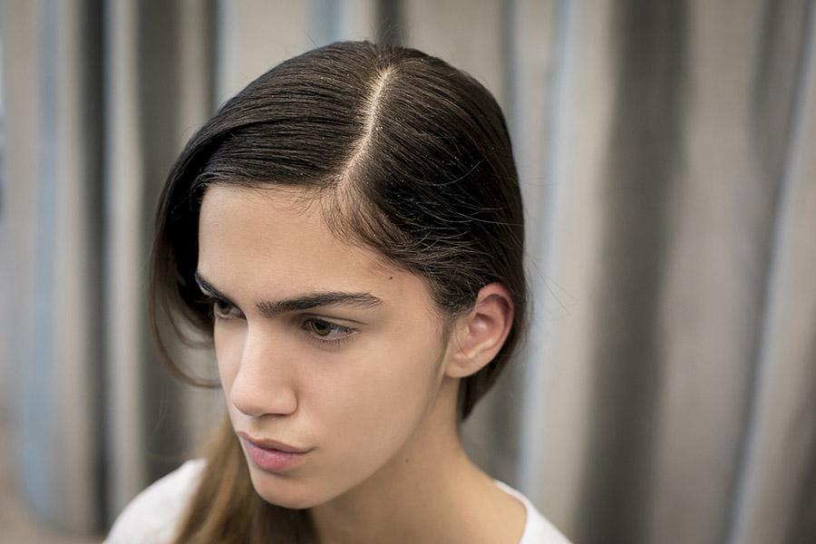 Divida os cabelos com um pente de forma bem marcada. Use um pente fino.