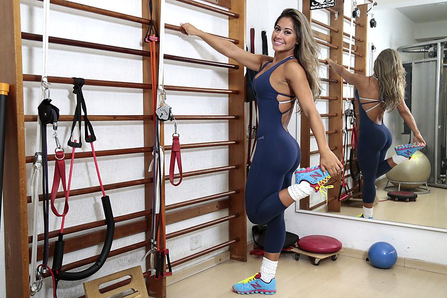Mayra Cardi começa o treino se alongando