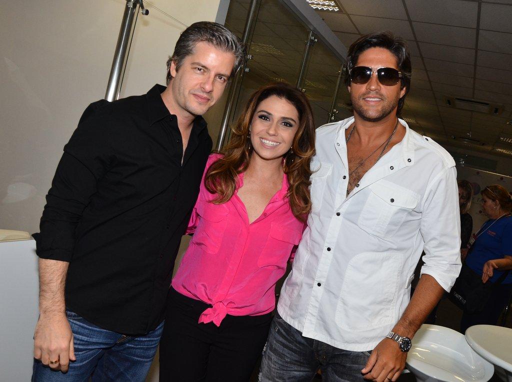Os cantores Victor e Leo e Giovanna Antonelli posam juntos no terceiro dia da  Beauty Fair 2013 – Feira Internacional de Beleza Profissional