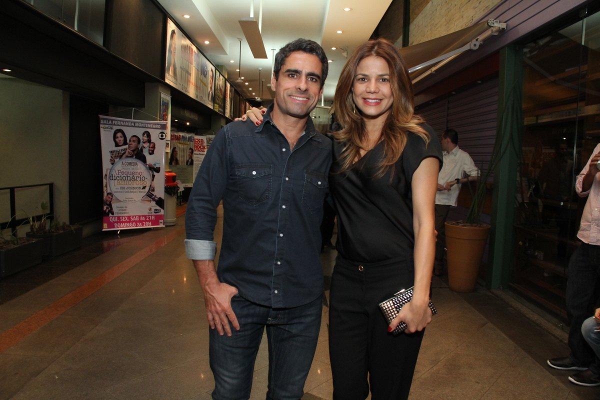 Grávida, Nívea Stelmann com o marido, Marcus Vinícius, em estreia de peça no Rio
