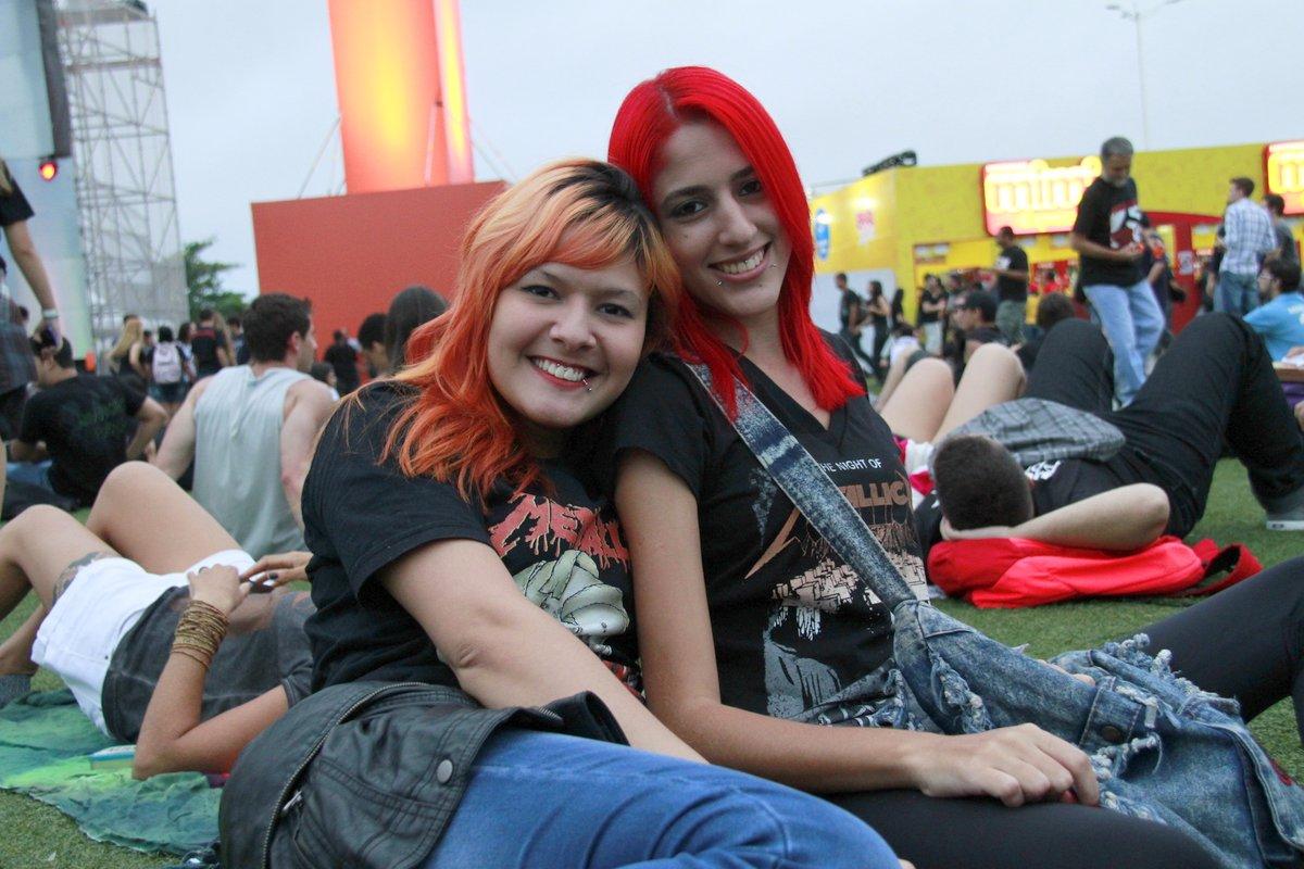 Fãs do Metallica, Camila Piovanelli, de 17 anos, e Diana Neves, de 18, pintaram os cabelos com cores bem chamativas.