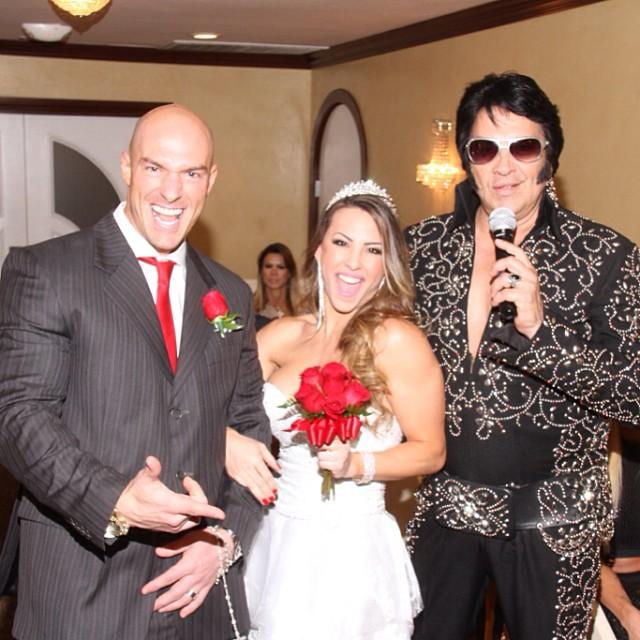 Ex-BBB MIchelly se casa com Carlos Tomaiolo, em Las Vegas, com direito a cover de Elvis Presley