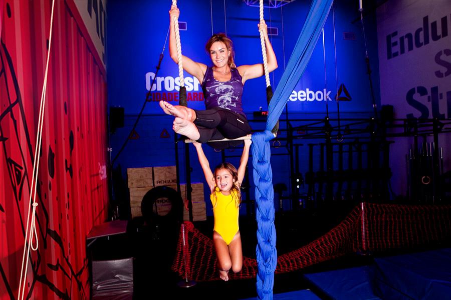 Aos 4 anos, Greta frequenta aula de circo na academia. Luize resolveu fazer uma aula com a filha e acabou relembrando os tempos de ginástica olímpica