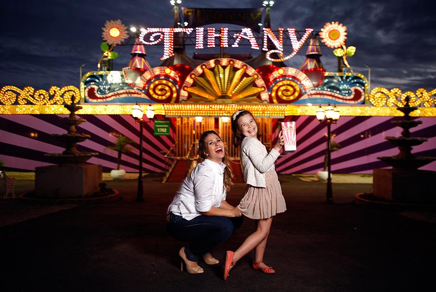 Andréia Sorvetão abre um sorrisão ao lado da filha caçula, Maria Eduarda, na frente do circo Tihany, no Rio