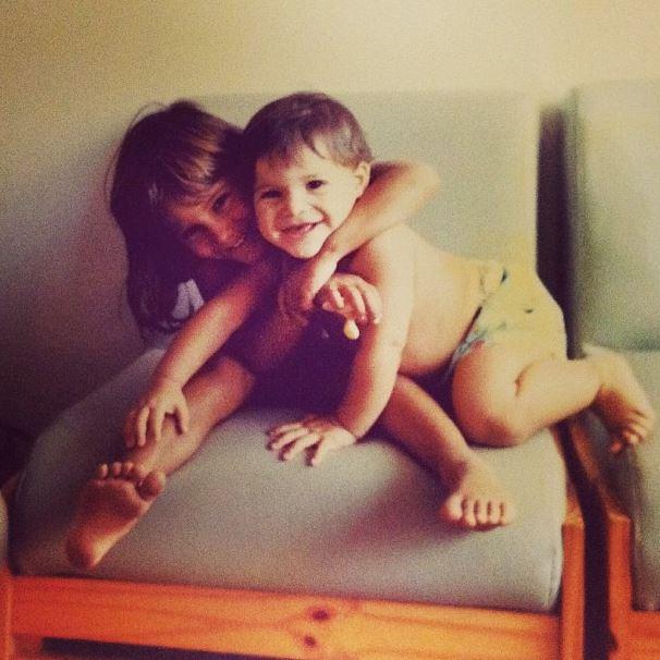 André Martinelli mostrou aos seus seguidores no Instagram uma foto antiga em que aparece com a irmã