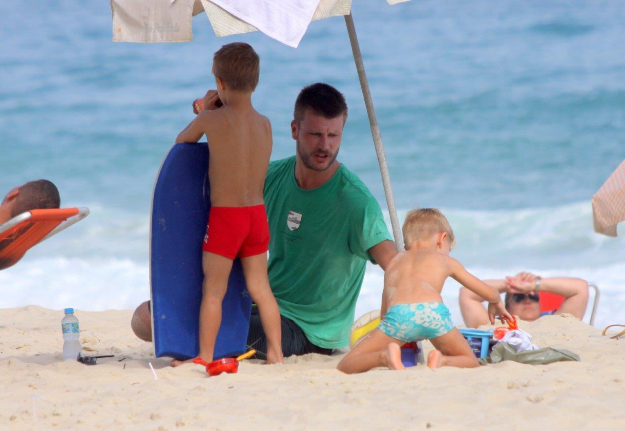 Rodrigo Hilbert levou os gêmeos João e Francisco para curtir o dia na praia