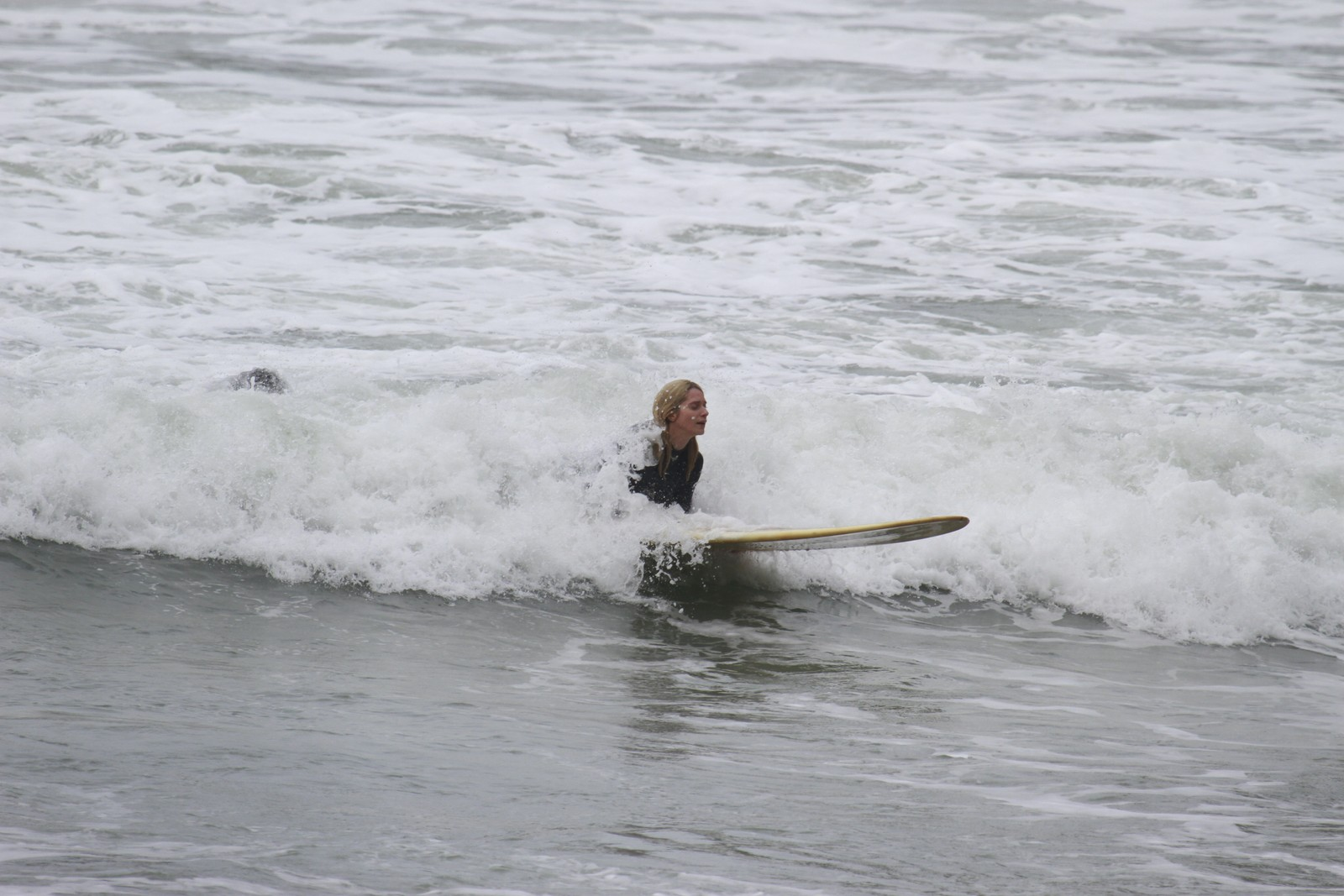 Leticia Spiller se arrisca na prancha de surfe