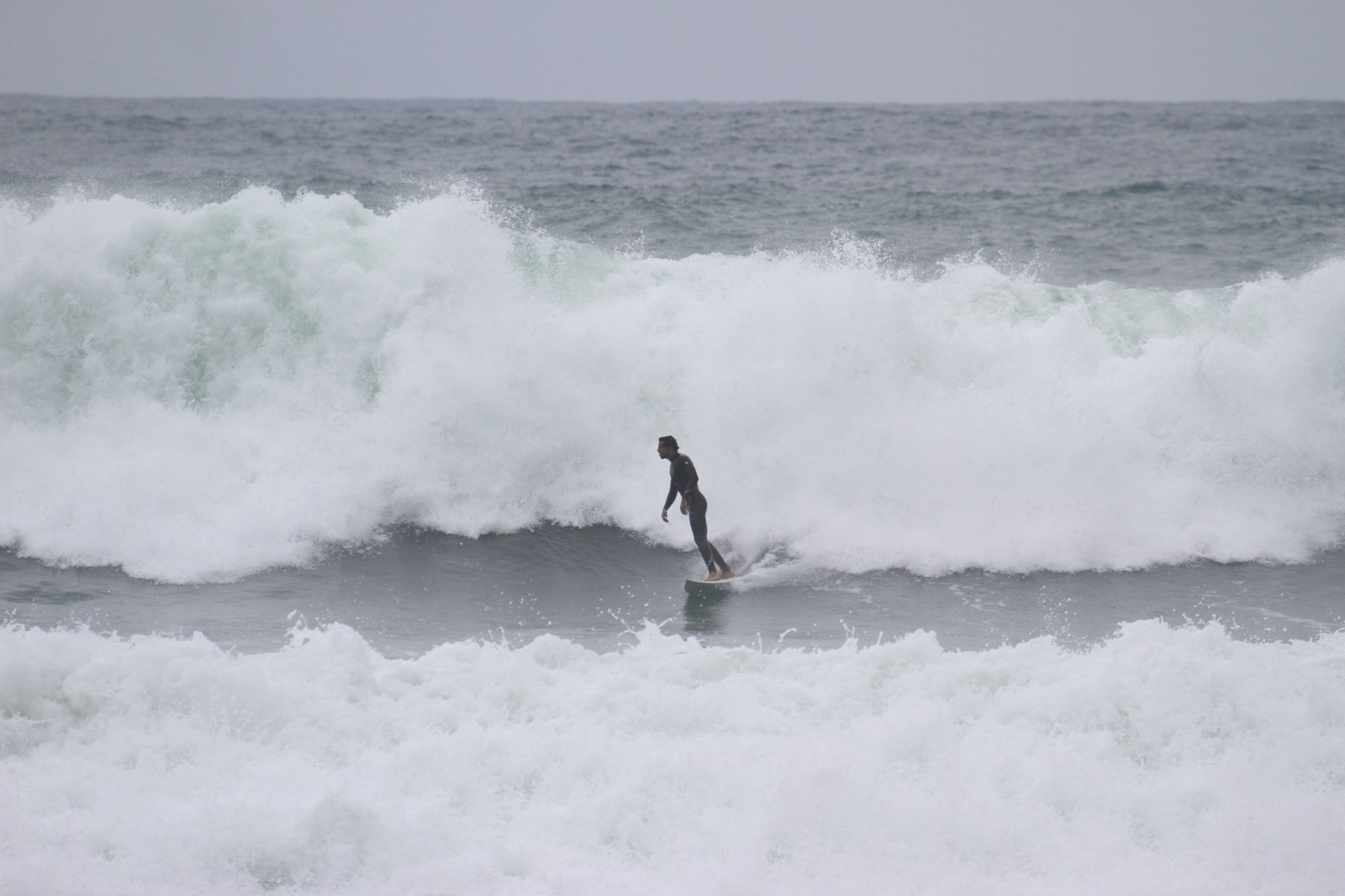 Cauã Reymond mostra habilidade em prancha de surfe