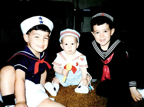 Jonas Brothers ainda novinhos. Nick é este bebê fofinho no meio