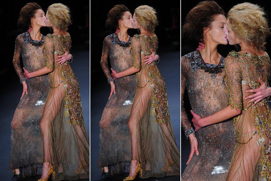O beijo entre as modelos Isabel Hickmann - irmã da apresentadora Ana Hickmann - e Alicia Kuczman na passarela de Lino Villaventura deu o tom do desfile
