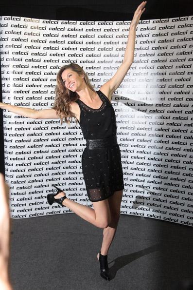 Gisele Bündchen posa para os fotógrafos antes de desfilar pela Colcci na SPFW