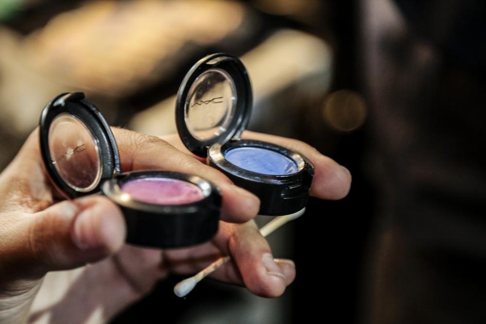 O foco no make da Amapô são os olhos, que combinam duas sombras coloridas (rosa e azul ou amarelo e lilás)