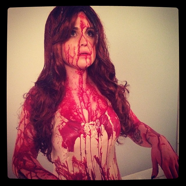 Kelly Osbourne posa coberta de 'sangue'