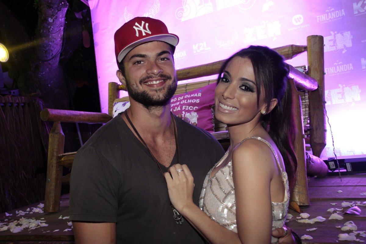 Anitta com Victor Sparapane no lançamento do clipe 'Zen' em um quiosque na Zona Sul do Rio