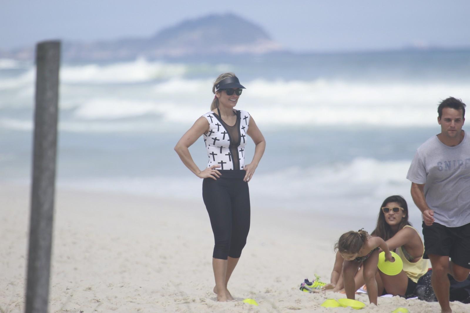 Flávia Alessandra curte dia na praia da Barra da Tijuca com as filhas