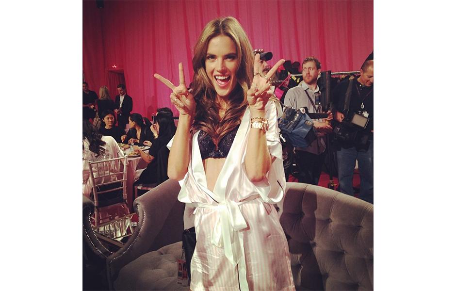 Alessandra Ambrosio fazendo pose para a foto no backstage do desfile anual da Victoria's Secret