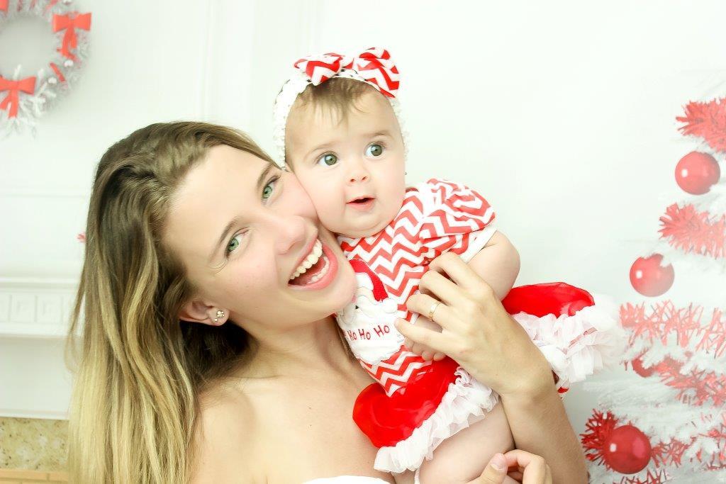 Debby Lagranha fez ensaio em clima de Natal e Ano Novo ao lado da filha, Maria Eduarda