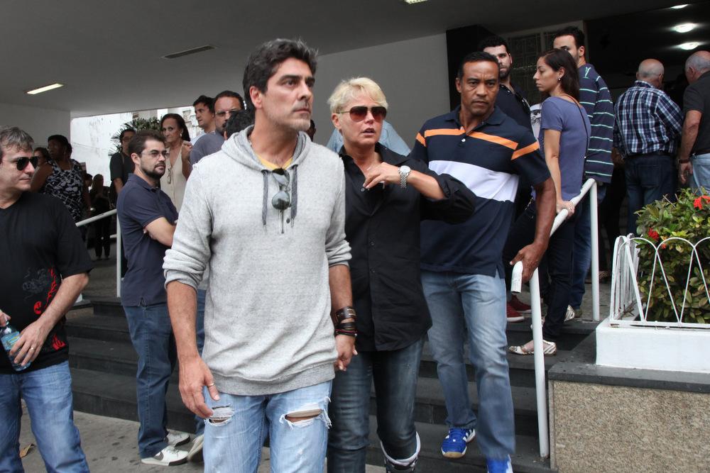 Xuxa no velório do produtor musical João Araújo, pai de Cazuza