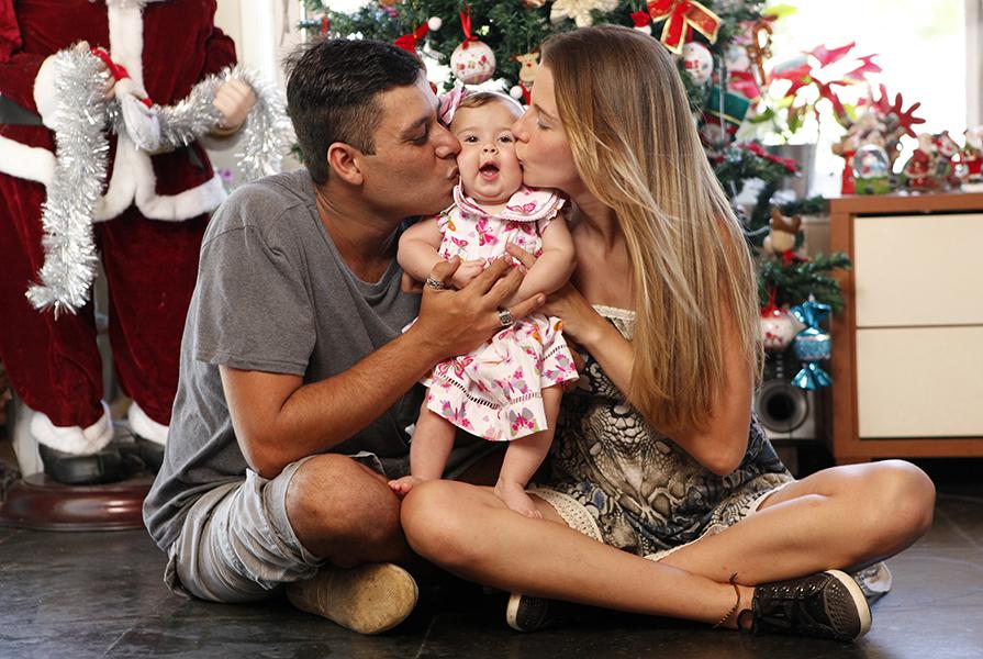Debby Lagranha festeja a chegada do Natal com o marido, Leandro, e a pequena Duda.