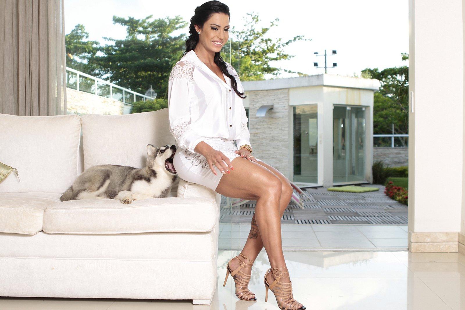 Gracyanne Barbosa recebe 'carinho' especial de seu cachorro