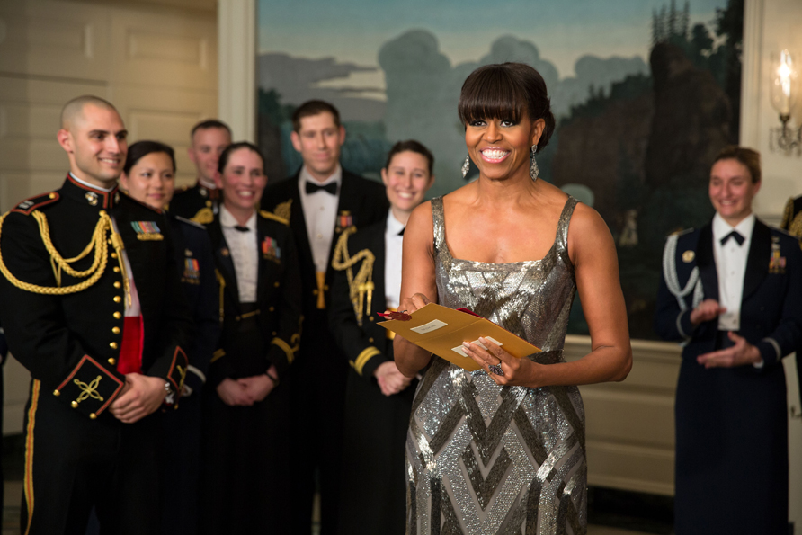 Michelle Obama arrasou no Oscar de 2013, ao apresentar a categoria de Melhor Filme a bordo de um longo prateado feito sob medida pelo estilista Naeem Khan