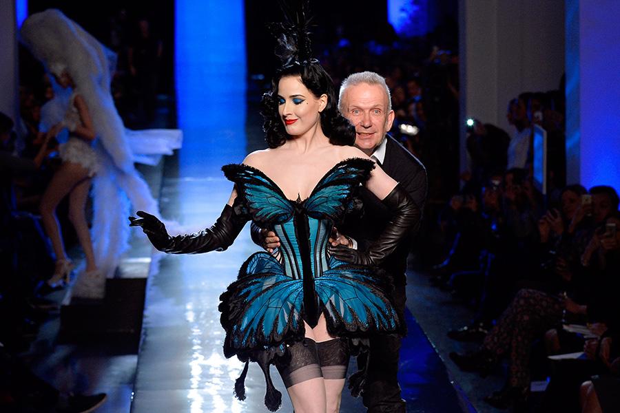 Ao final do desfile, Gaultier surgiu ao lado da dançarina burlesca Dita von Teese, uma de suas musas