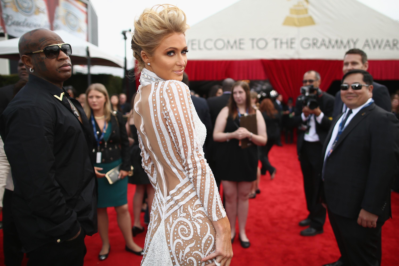 Paris HIlton escolheu um look ousado para o 56º Grammy Awards
