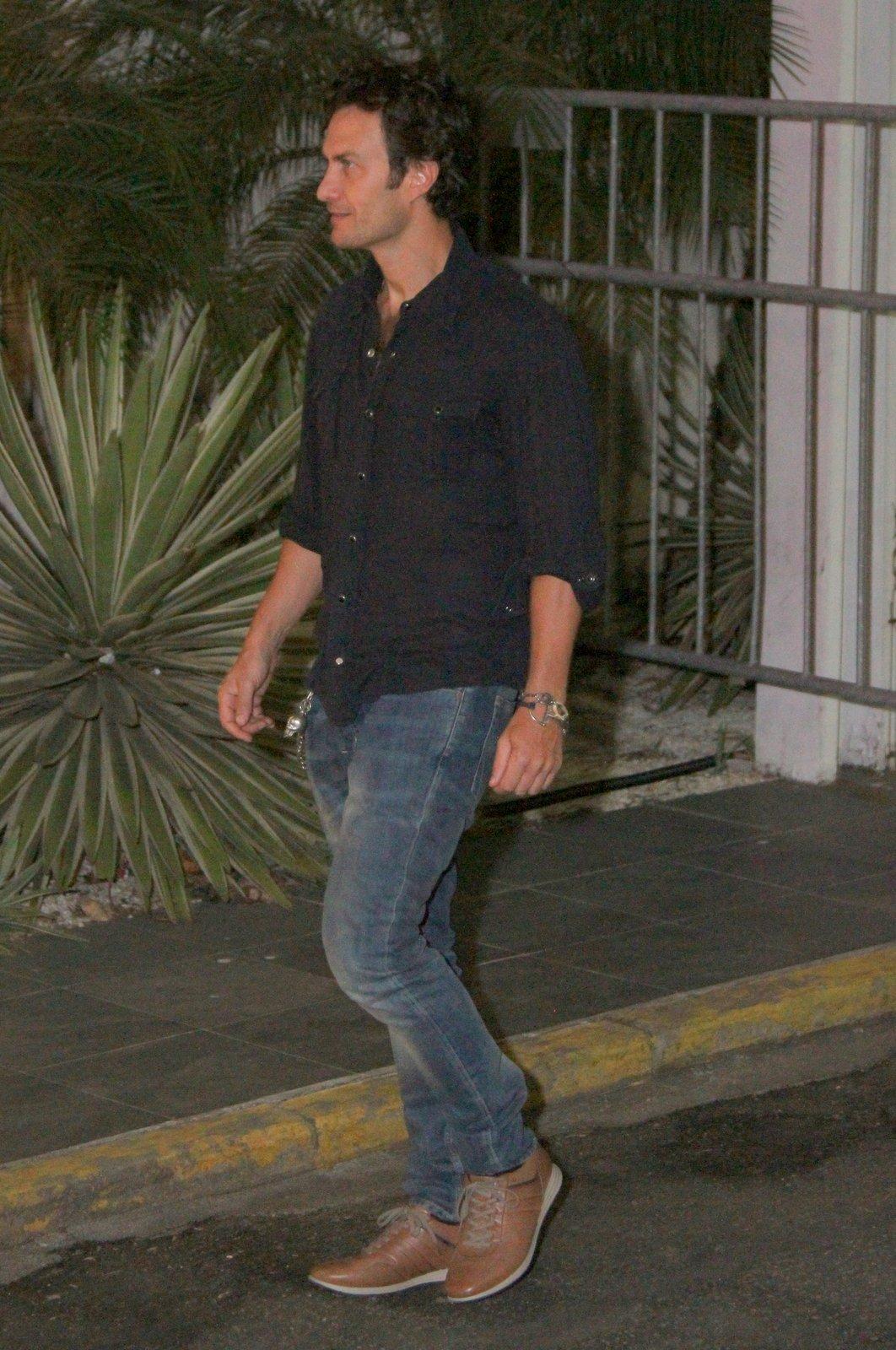 mGabriel Braga Nunes foi o primeiro a chegar para assistir à estreia de 'Em família'