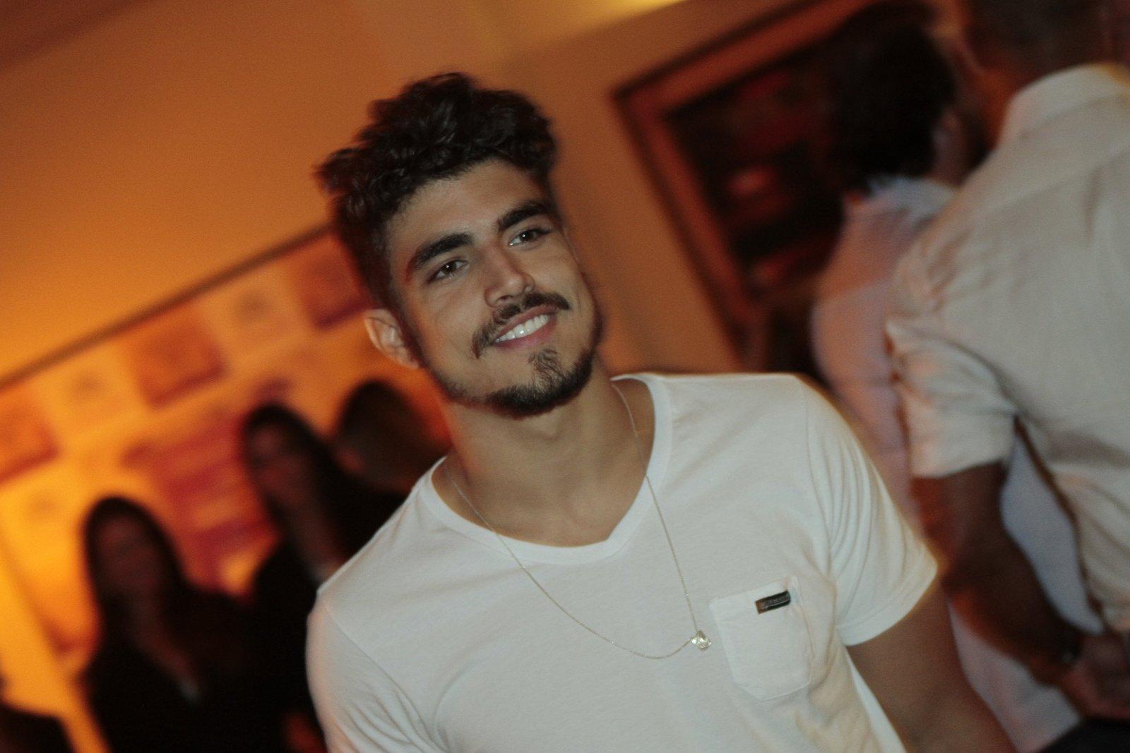 Caio Castro em festa em hotel na Zona Sul do Rio