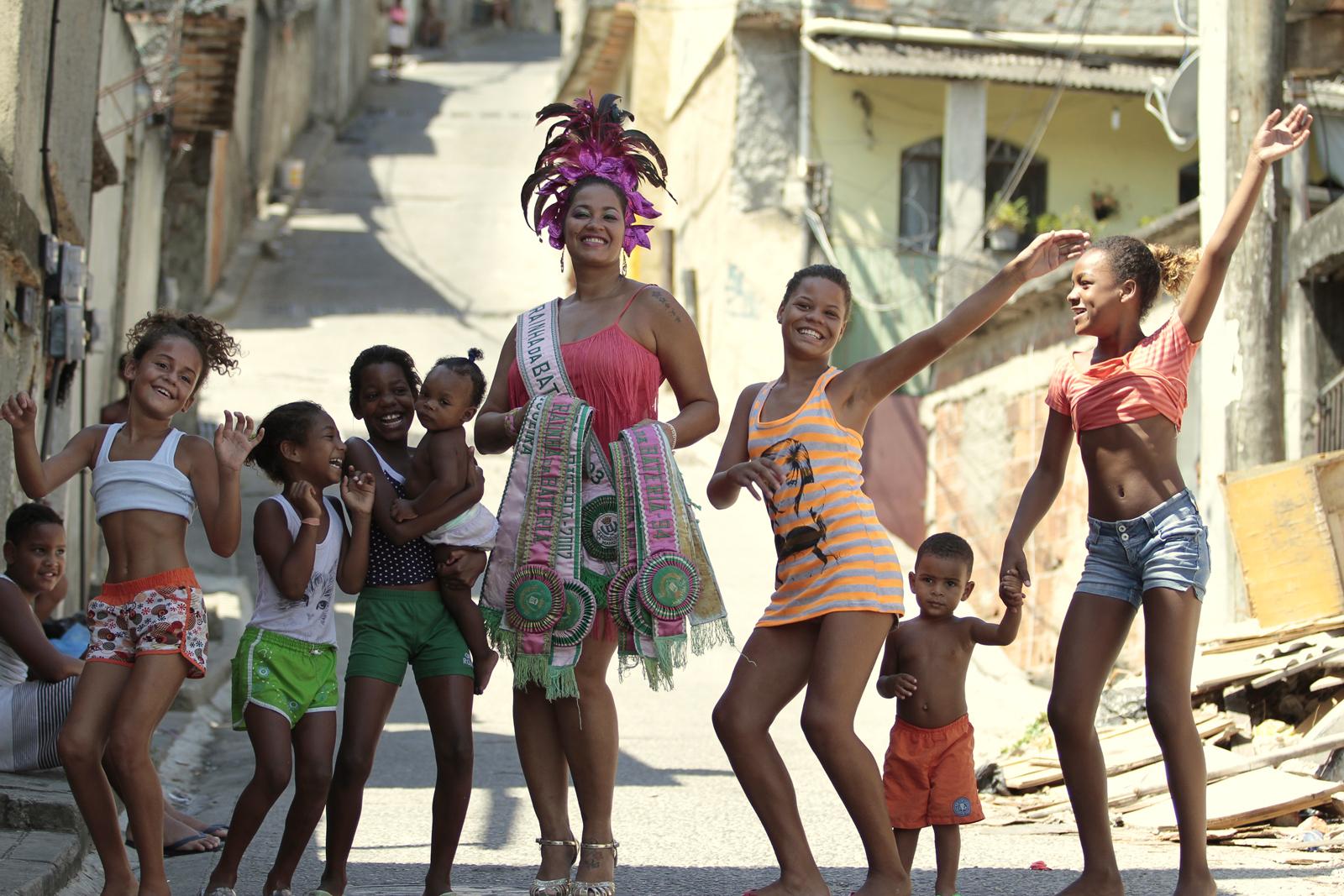 Fabiana Oliveira, ex-rainha da Mangueira e os seus fãs mirins da comunidade