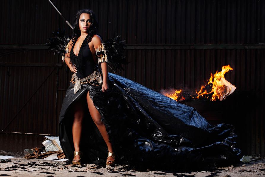 Raíssa de Oliveira é a quinta beldade a posar para o ensaio de carnaval do EGO. Ela usa maiô Gaoli, braceletes e cinto Alê Ferrier, sandália Valéria Araújo e brincos Josefina Rosacor