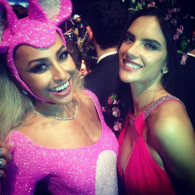 Sabrina Sato e Alessandra Ambrósio em baile de gala em São Paulo